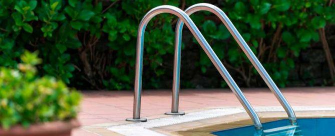 jardí amb piscina